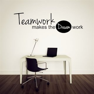 "Väggdekor med den fantastiska texten ""Teamwork makes the dream work"" till kontoret"